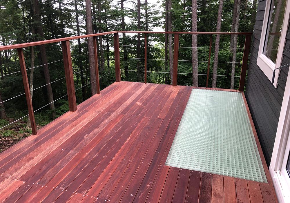 軽井沢の別荘ウッドデッキの一部にFRPグレーチングを採用