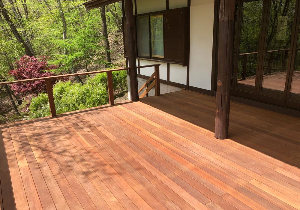 軽井沢の別荘ウッドデッキはウリン材2