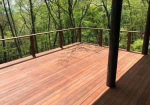 軽井沢の別荘ウッドデッキ(家からの眺め2)