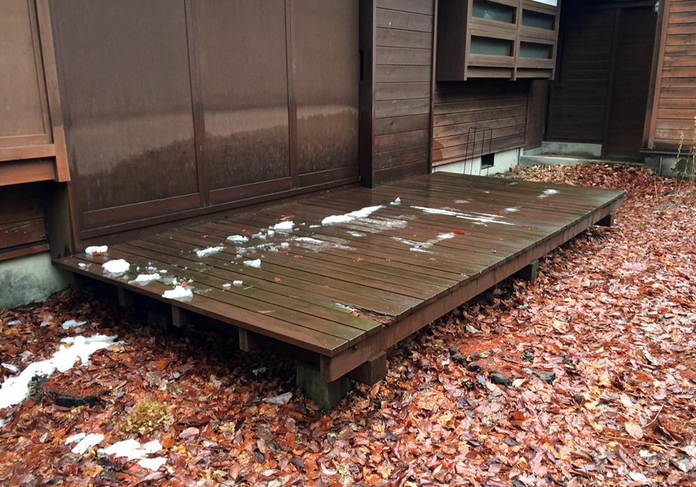 長野県軽井沢町の別荘古いウッドデッキ