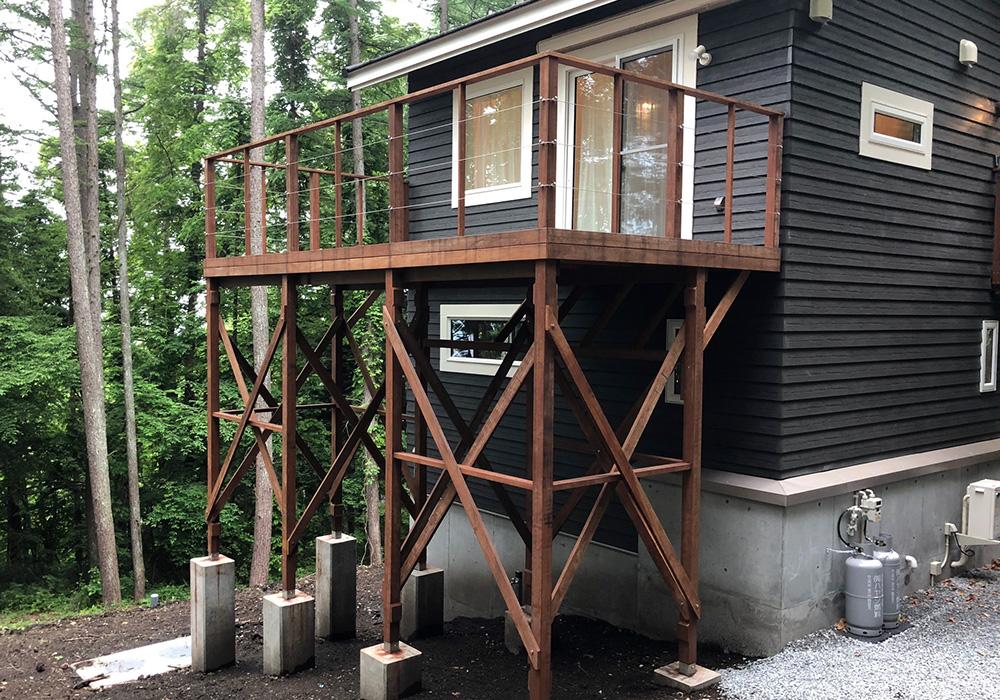 長野県軽井沢の別荘ウッドデッキ建物右から(施工後)