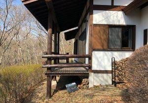 長野県軽井沢の別荘ウッドデッキ建物横から(施工前)