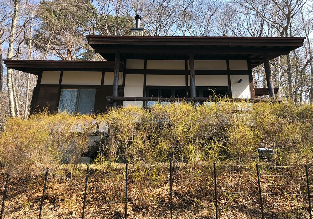 長野県軽井沢の別荘ウッドデッキ建物正面(施工前)
