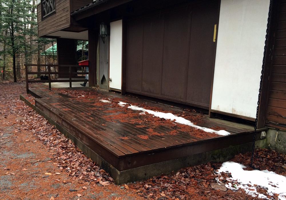長野県軽井沢の別荘ウッドデッキ右側(施工前)