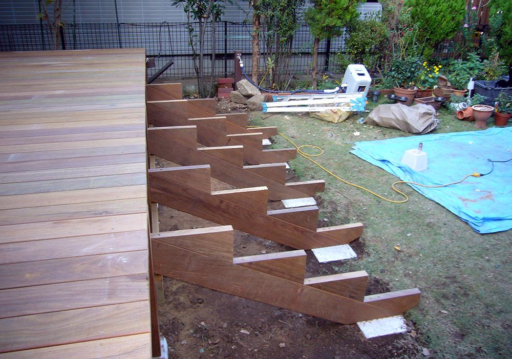東京都三鷹市の戸建てウッドデッキ1階段土台2