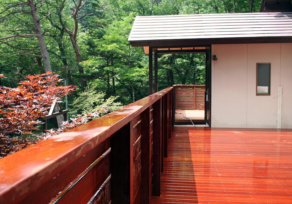 栃木県那須の別荘ウッドデッキ上から階段(施工後)