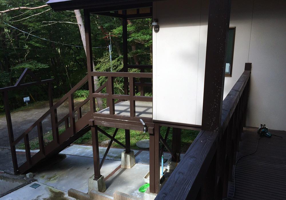 栃木県那須の別荘ウッドデッキ上から階段(施工前)