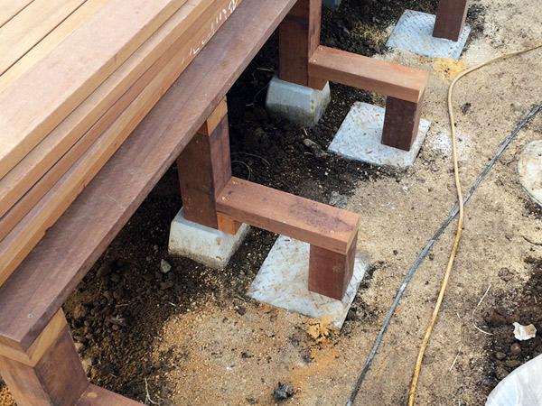 ウッドデッキに設置するステップの骨組み