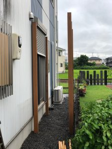 茨城県下妻市のイタウバ材のウッドフェンス横から(施工前)