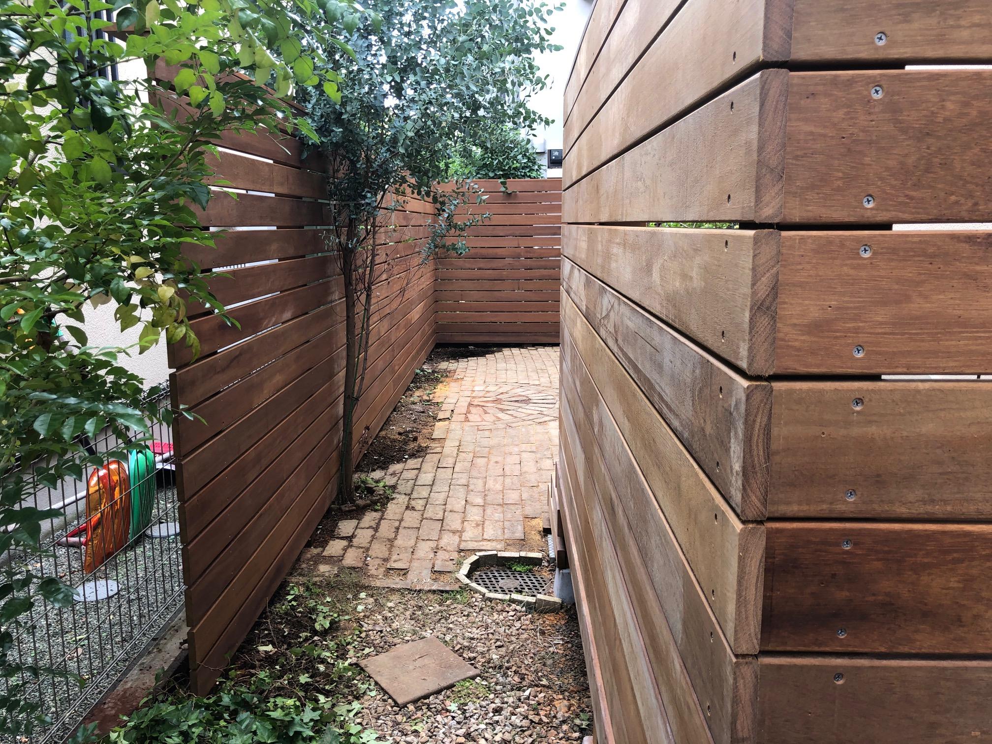 東京都ウリン材ウッドフェンスとフェンス付ウッドデッキ横から