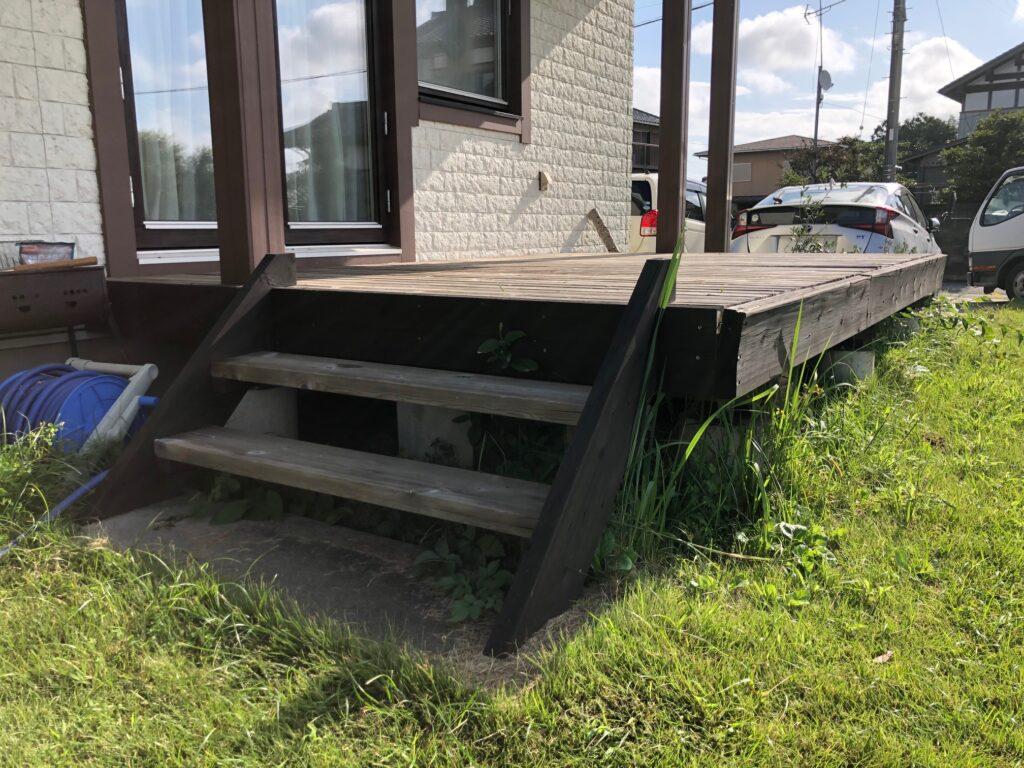 茨城県つくばみらい市で経年劣化したウッドデッキの階段が傷んでいる状態