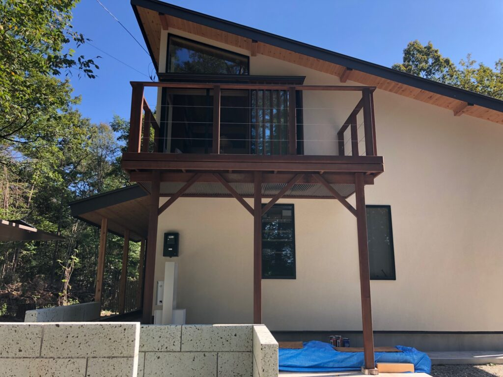 栃木県の那須塩原市の新築住宅でベランダにハードウッドを使用したウッドデッキのベランダを設置