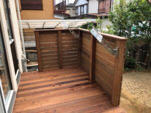 埼玉県さいたま市のウッドデッキ施工例、洗濯物を干せるようにホスクリーンを取り付けた写真